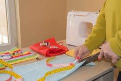 Machine à coudre Processus de couture pendant la phase d'overstitching Travail de couturière sur la machine à coudre Tissu de cou Photographie stock