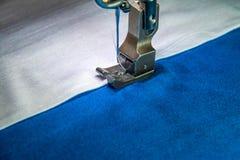 Machine à coudre professionnelle avec le tissu blanc et bleu Images stock