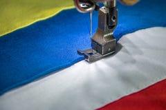 Machine à coudre professionnelle avec le tissu de quatre couleurs Photographie stock libre de droits