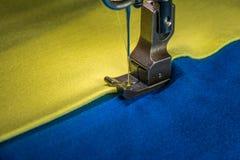 Machine à coudre professionnelle avec le tissu jaune et bleu Photos stock