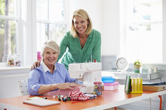 Machine à coudre supérieure d'utilisation de fille de mère et d'adulte à la maison photo stock