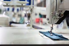 Machine à coudre sur le plan rapproché de tissu de textile, personne Photo stock