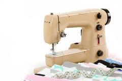 Machine à coudre, tissu et bande de mesure Photo libre de droits