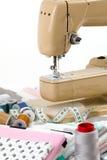 Machine à coudre, tissu et bande de mesure Images stock
