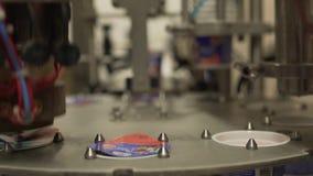 Machine à emballer d'usine de lait en position courante clips vidéos