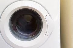 Machine à laver avec le chargement frontal image stock