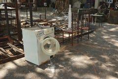 Machine à laver blanche abandonnée de vintage dans le garage extérieur de studio de jardin d'arrière-cour de yard d'ordure Image libre de droits