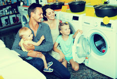 Machine à laver d'achats de famille dans le magasin d'électro-ménagers Photo stock