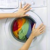 Machine à laver de chargement de femme Images stock