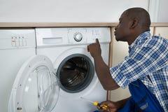 Machine à laver de Pressing Button On de technicien Image libre de droits