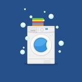 Machine à laver et serviettes Vêtements de lavage de blanchisserie des travaux domestiques d'équipement Image stock