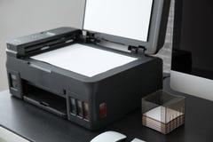 Machine à photocopier avec le document dans le bureau, photos libres de droits