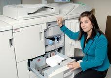 Machine à photocopier et femme photographie stock