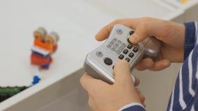 Machine à télécommande de robot Syst?me cybern?tique aujourd'hui Technologies robotiques modernes banque de vidéos
