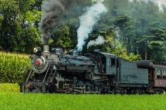 Machine à vapeur antique de vintage soufflant la fumée noire et soufflant le sifflement photographie stock