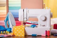 Machine électrique de ménage, accessoires de couture, fer, sur le bureau Photo libre de droits
