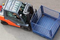 Machine aan vervoer en opheffende lading stock foto