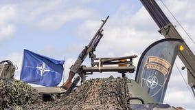Machine armée de canons sur le véhicule militaire images stock