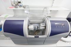 Machine assistée par ordinateur dentaire de CFAO images stock
