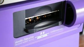 Machine automatique de paiement d'utilisation de femme banque de vidéos