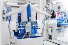 Machine automatique pour les vêtements repassants de vapeur image libre de droits