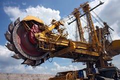 machine charbonnière de charbon sous le ciel nuageux image libre de droits
