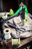 Machine, ciseaux, tissu et fils du ` s de tailleur de vintage Images stock
