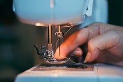 Machine cousant, main dans le processus Photo libre de droits