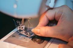Machine cousant, tissu de main Image libre de droits