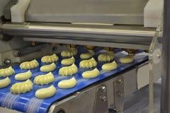 Machine déposante de la pâte au travail Photographie stock
