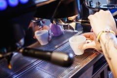Machine d'expresso faisant le café dans le bar, barre, restaurant Photos stock
