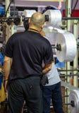 Machine d'extrudeuse de sachet en plastique de réparation de travailleur photos stock