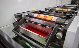 Machine d'impression flexographique avec un plateau d'encre, un petit pain en céramique d'anilox, un racleur et un cylindre d'imp photo libre de droits