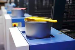Machine d'impression offset - boîtes d'encre de couleur Images libres de droits