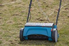 Machine d'Operating Soil Aeration de jardinier sur la pelouse d'herbe photographie stock libre de droits