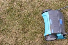 Machine d'Operating Soil Aeration de jardinier sur la pelouse d'herbe photographie stock