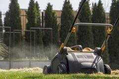 Machine d'Operating Soil Aeration de jardinier sur la pelouse d'herbe image libre de droits