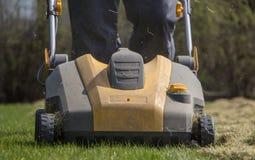 Machine d'Operating Soil Aeration de jardinier sur la pelouse d'herbe image stock