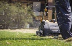 Machine d'Operating Soil Aeration de jardinier sur la pelouse d'herbe photos libres de droits
