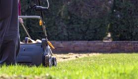 Machine d'Operating Soil Aeration de jardinier sur la pelouse d'herbe images stock