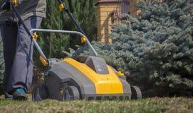 Machine d'Operating Soil Aeration de jardinier sur la pelouse d'herbe images libres de droits