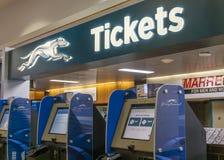 Machine de billet de lévrier à l'intérieur d'un terminal Photo stock