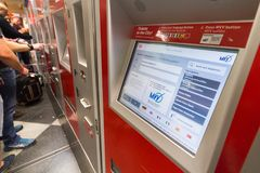 Machine de billets de train à la station de train d'aéroport de Munich Photos libres de droits