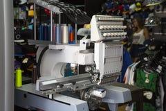 Machine de broderie image stock