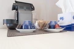 Machine de café avec des tasses Photo stock