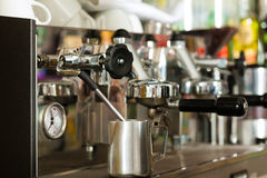 Machine de café dans le café ou le bar Photos stock