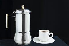Machine de café de moka et tasse de café Photo stock