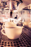 Machine de café faisant l'expresso dans un café Photographie stock