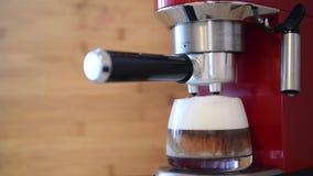 Machine de café faisant le café d'expresso de cappuccino banque de vidéos