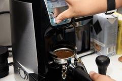 Machine de café Préparation d'expresso Boisson de matin Images stock
